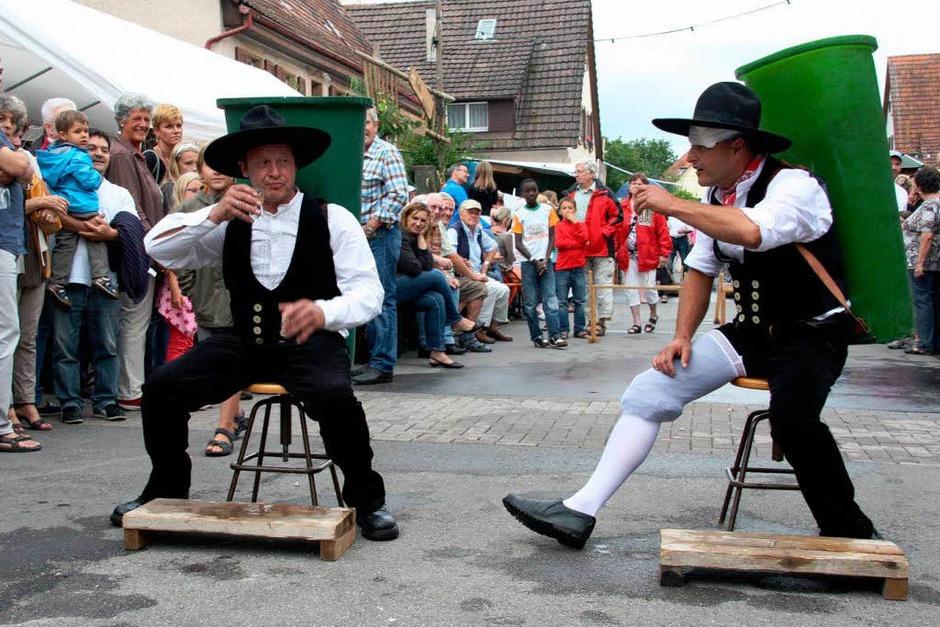 Die Zimmerermeister Harald Fotteler (rechts) setzt den Wettbewerb mit einem Verband fort. (Foto: Silvia Faller)