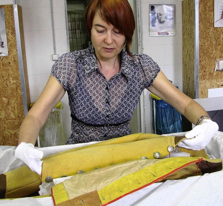 Textilwissenschaftlerin Jaana Wagner n...niform vorsichtig aus der Verpackung.   | Foto: Ehrentreich