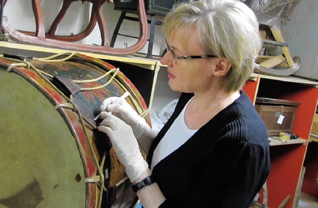 Holzrestauratorin Elke von Hirschhause...ommel, die im Labor analysiert werden.  | Foto: Sabine Ehrentreich