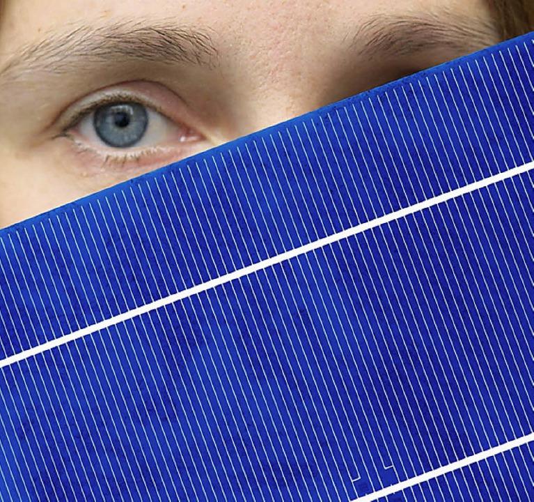 Eine Solarzelle des ostdeutschen Solarproduzenten Q-Cells   | Foto: DPA