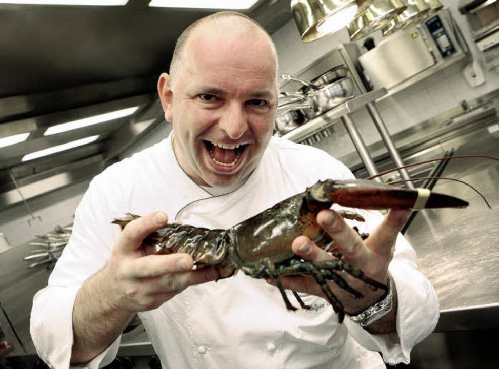 Küchenchef Holger Strütt mit einer Spe...ie er im Bell Rock serviert:  Hummer.     Foto: Christoph Breithaupt