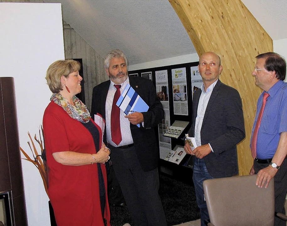 Die SPD-Landtagsabgeordnete Sabine Wöl... Bleibacher Gewerbegebiet am Stollen.     Foto: ZVg