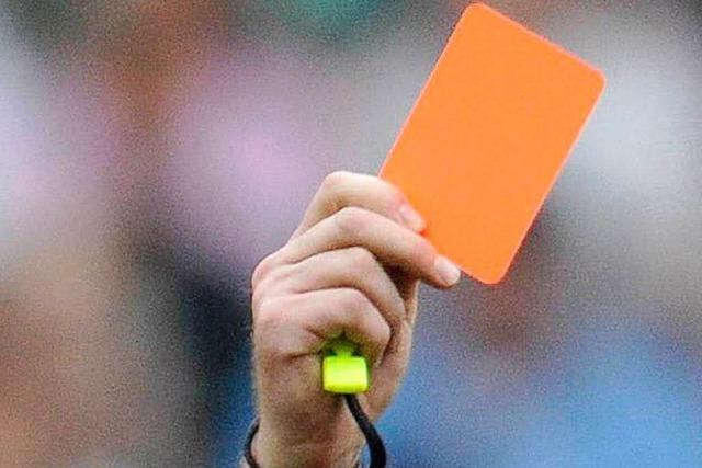 Faustschlag ins Gesicht des Schiedsrichters – Fußballspiel abgebrochen
