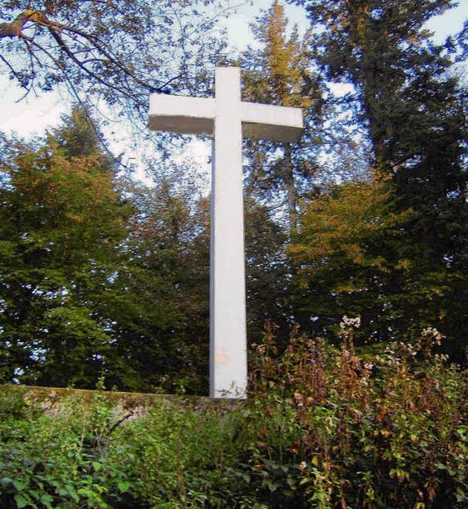 Das  14 Meter hohe weiße Betonkreuz in...rühen Abendstunden, weithin sichtbar.   | Foto: Hans Sigmund