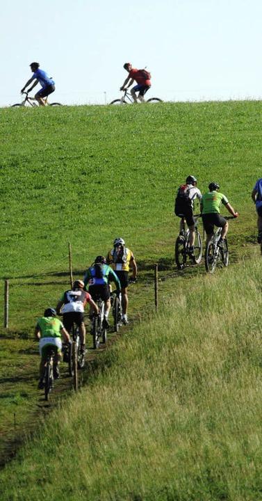 Mit viel Druck geht es die Wiese hinau...hwarzwald-Bike-Marathon zur Auswahl.    | Foto: Patrick Seeger