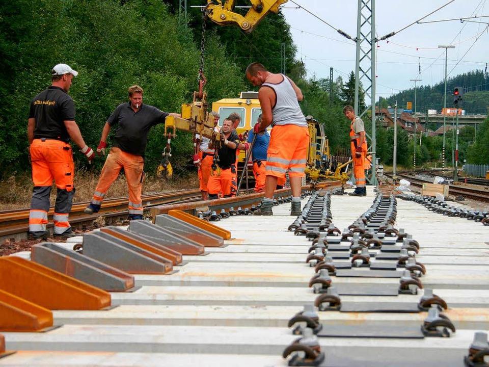 Der Einsatz von Maschinen (hier der Sc...ben der Gleise) ist nicht wegzudenken.  | Foto: Hans-Jochen Köpper