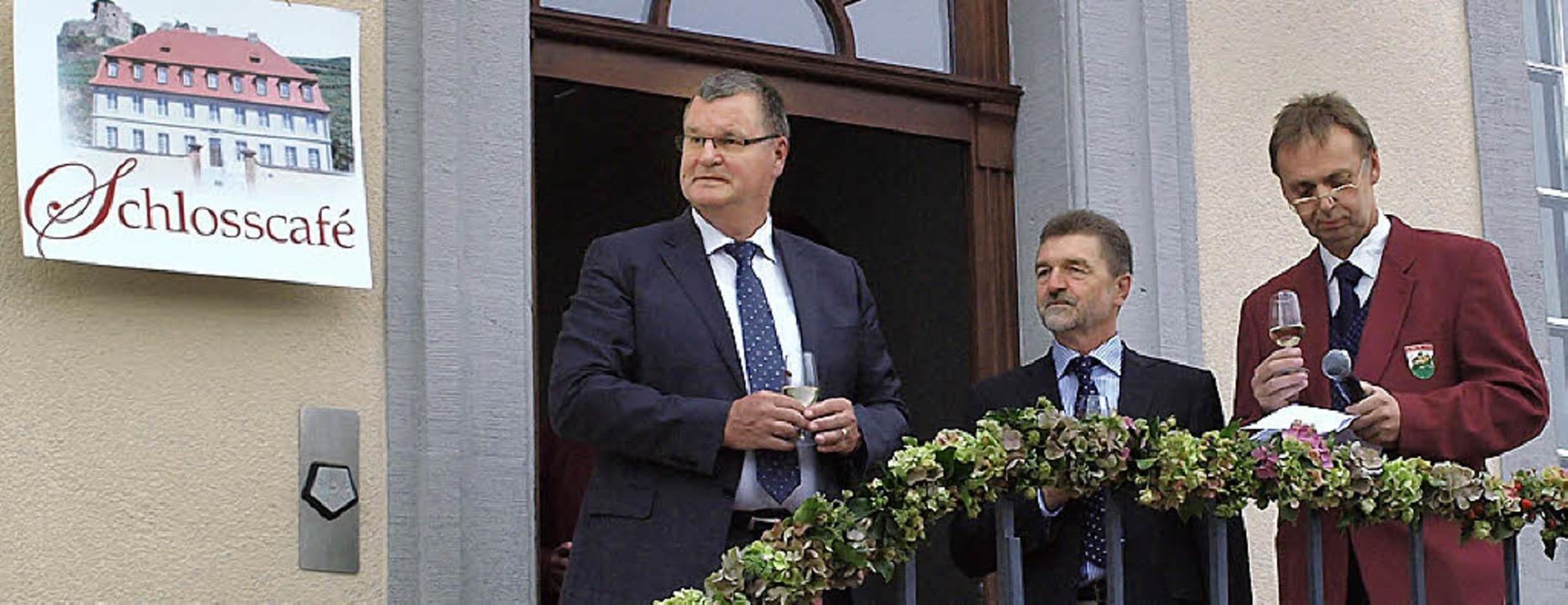 Festeröffnung in Hecklingen: Bürgermei... (von links)  lauschen dem Männerchor.  | Foto: Michael haberer