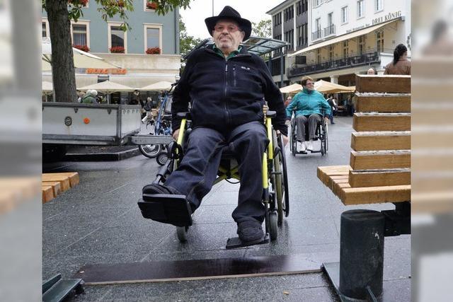 Selbst-Erfahrung im Rollstuhlparcours auf dem Alten Markt
