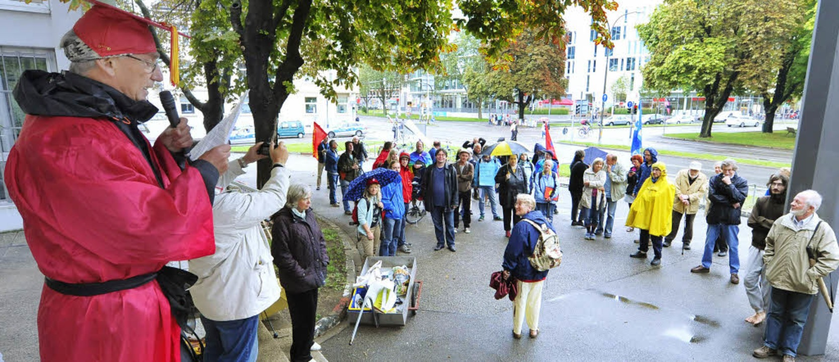 Max Heinke vom Friedensforum steht in ...gplatz und fordert eine Zivilklausel.     Foto: Michael Bamberger