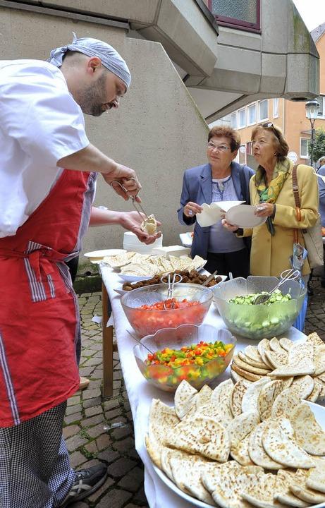 Lecker: Yaroslav Yakubow serviert koschere Falafel.  | Foto: M. Bamberger