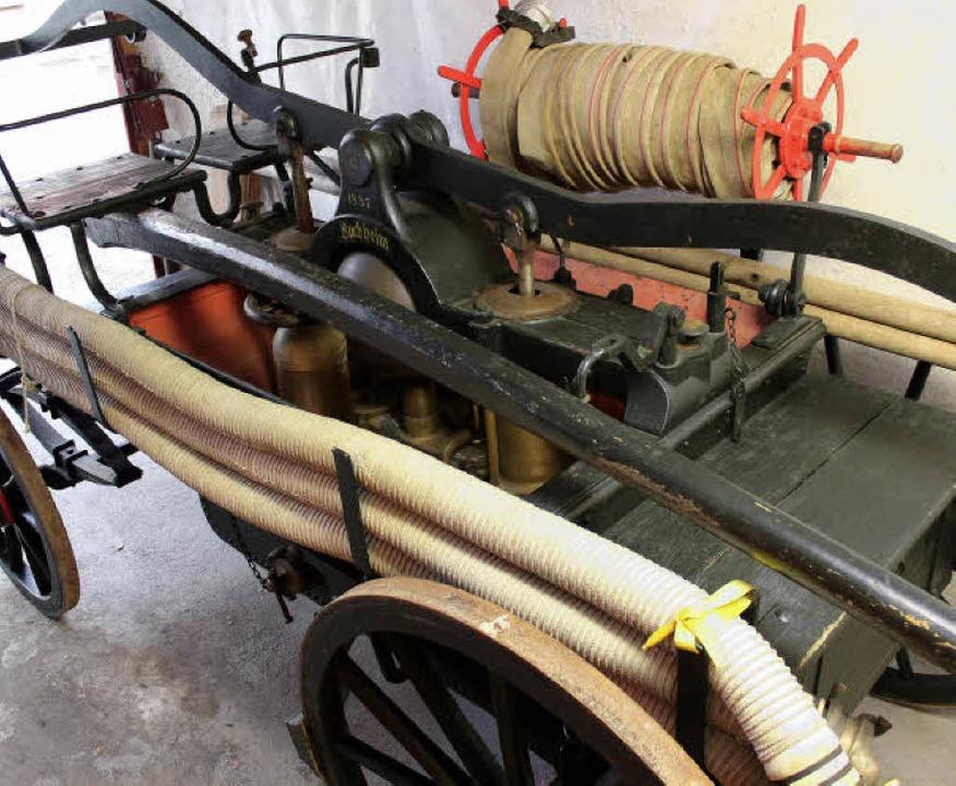 Der Buchheimer Spritzenwagen von 1887 ...ktionsweise einer historischen Pumpe.     Foto: Mario Schöneberg/privat