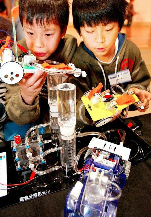 Der Schulalltag in Japan ist stressig....auten Autos mit Brennstoffzellen vor.   | Foto: AFP