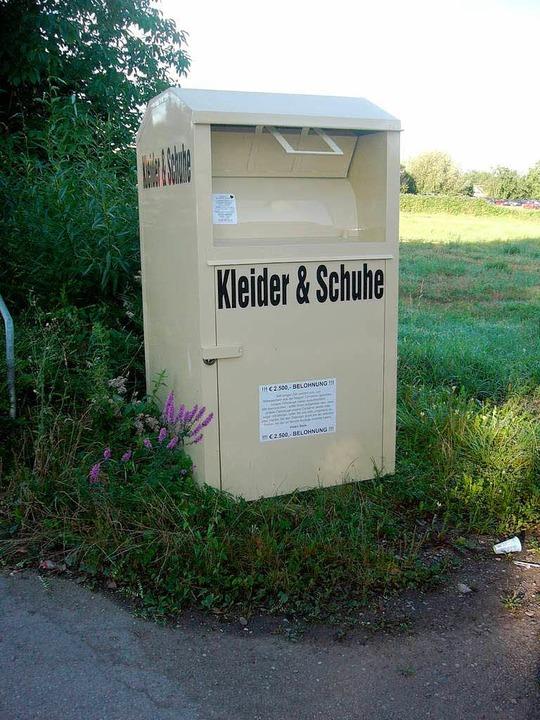 Teilweise auf privaten Grundstücken pl...nten Altkleidersammler ihre Container.  | Foto: Privat