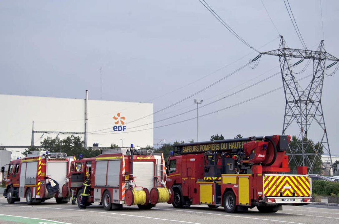 Feuerwehreinsatz am Atomkraftwerk: Bei...den mindestens zwei Menschen verletzt.  | Foto: AFP