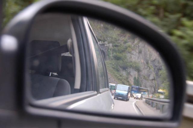 Lastwagen kippt um – B 31 bei Kirchzarten stundenlang gesperrt