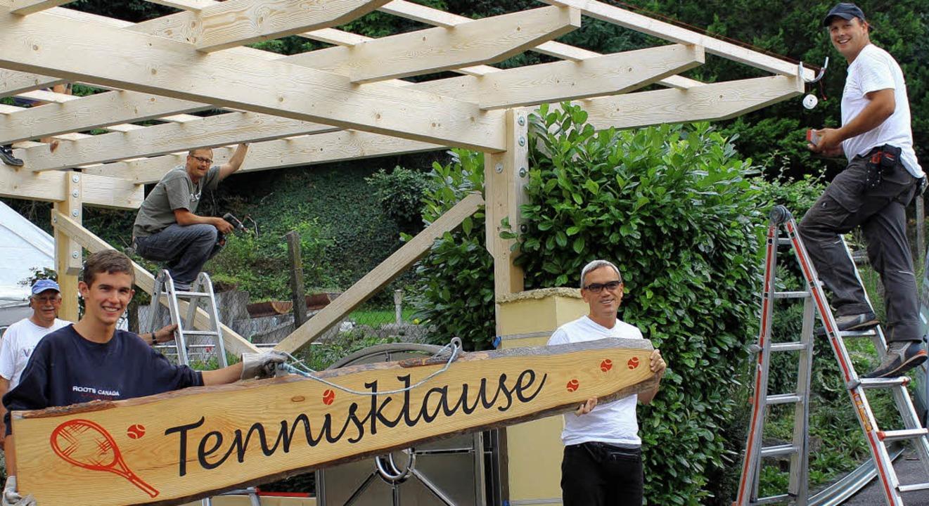 Wie die Mitglieder des Tennisclub bere...f das traditionelle Hahleraifest vor.   | Foto: Mario Schöneberg