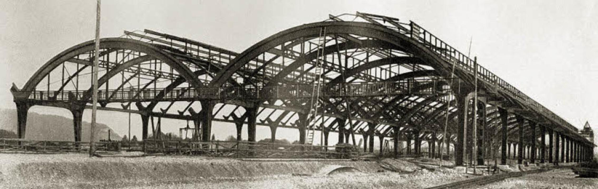 Das Dach über den Bahnsteigen entsteht.  | Foto: Stadtarchiv