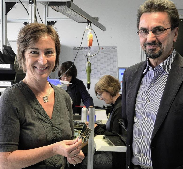 Personalchefin Edith Häusler und Gesch...ionsräumen ein Bauteil eines Sensors.   | Foto: Kathrin Blum