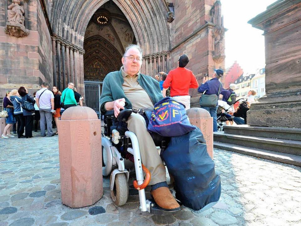 Vor dem Münster geglättet wurde das Pf...ür Rollstuhlfahrer bleiben die Poller.  | Foto: rita eggstein