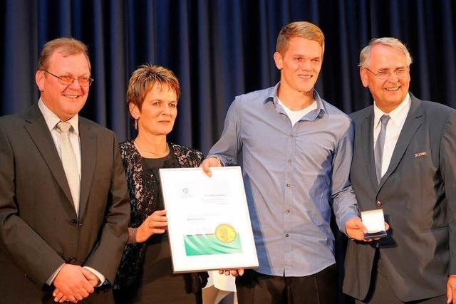 Matthias Ginter mit der Fritz-Walter-Medaille geehrt