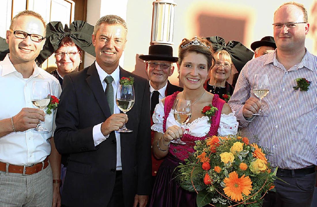 Prost: Mit der neue Kaiserstuhl-Tunibe...n zu sehen, er verkaufte  Flammlachs.   | Foto: Mario Schöneberg