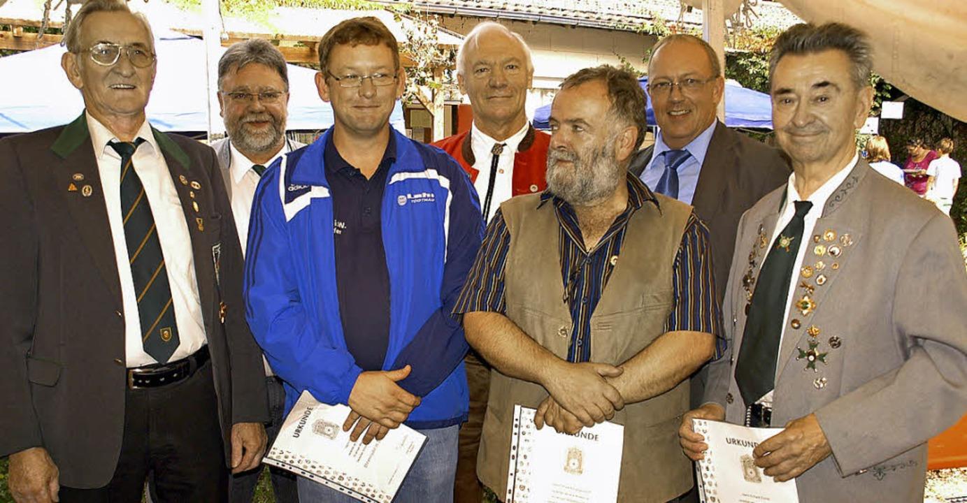 Bezirksschützenmeister Horst Wünsch mi...hützenmeister Dieter Reichl (rechts).   | Foto: Verena Wehrle