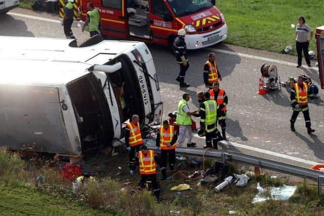 Behörden bestätigen zwei Todesopfer bei Busunfall nahe Mulhouse