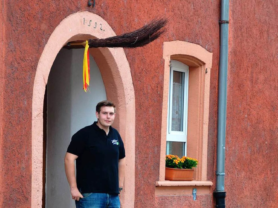 Michael Lindemer unter dem Sandsteinbogen des Tüllinger Hauses.  | Foto: Benedikt Müller