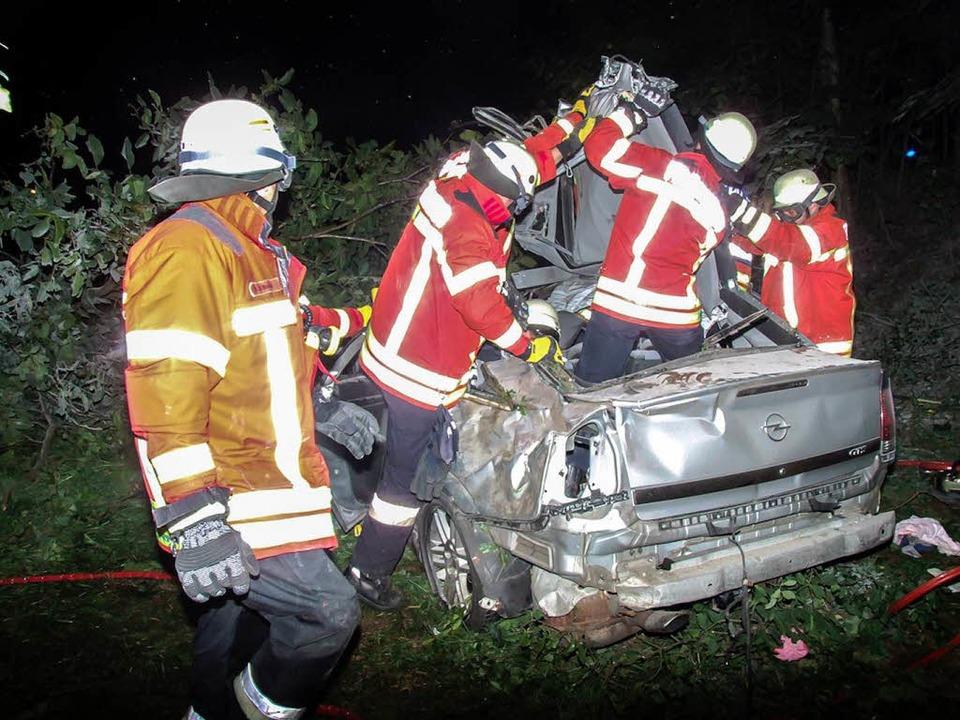 Mit lebensgefährlichen Verletzungen ba...ute einen 22-Jährigen aus seinem Auto.  | Foto: Freiwillige Feuerwehr Breisach