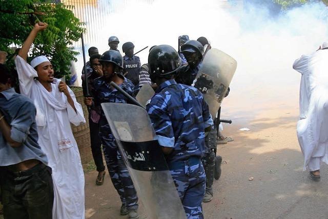 Demonstranten setzen deutsche Botschaft im Sudan in Brand