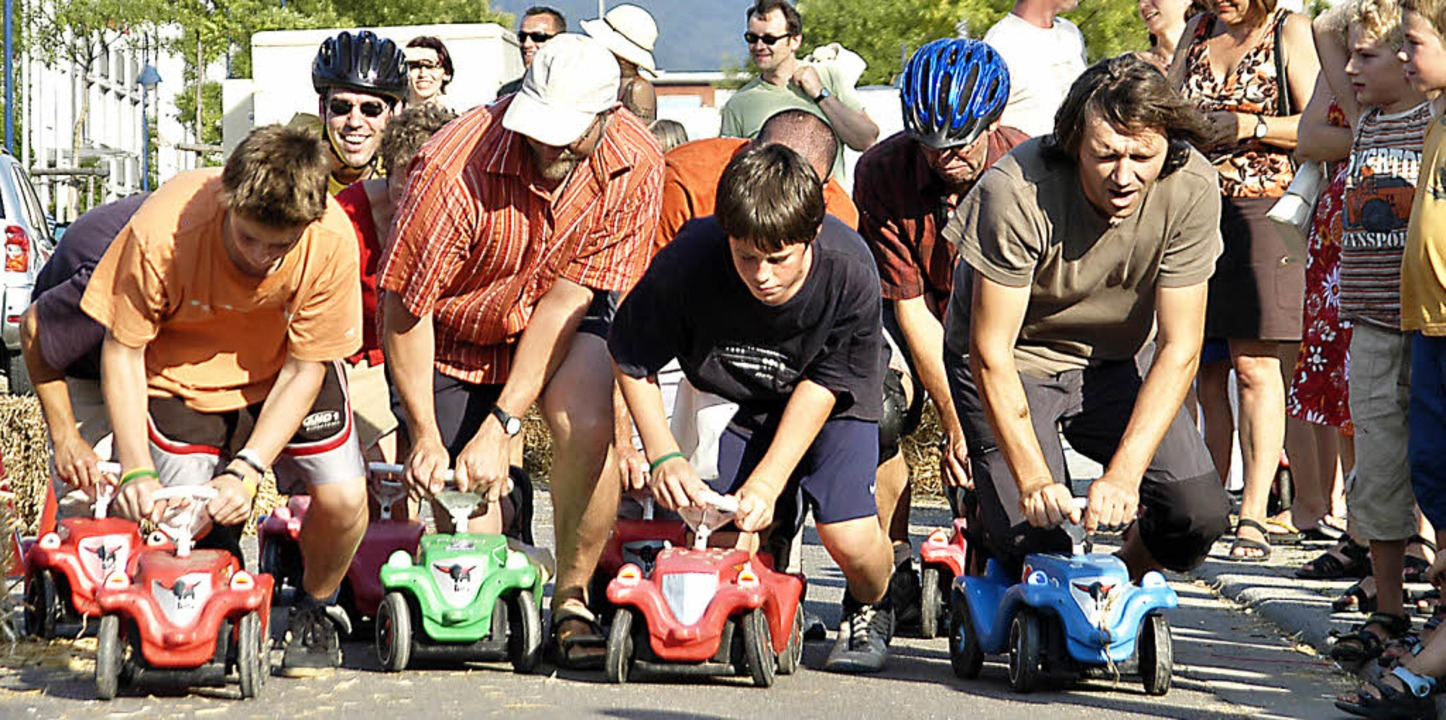 Ein Bobbycar-Rennen wird im Basler Quartier St. Johann veranstaltet.   | Foto: Michael Bamberger
