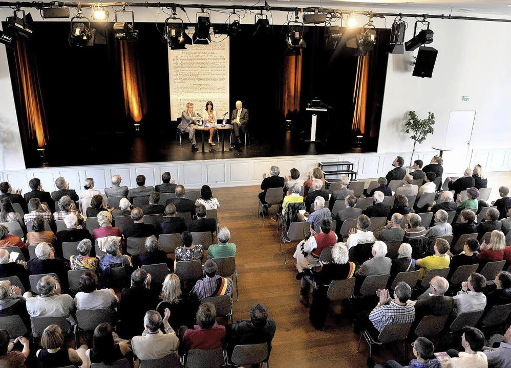 Diskussion im Salmensaal um Steuergerechtigkeit.     Foto: Rosalie Gruen