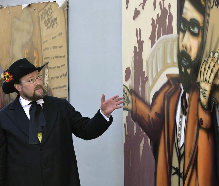 Kulturchef Simon Moser, Organisationsc...neuen Graffiti  an der Wand des Salmen    Foto: Gertrude Siefke