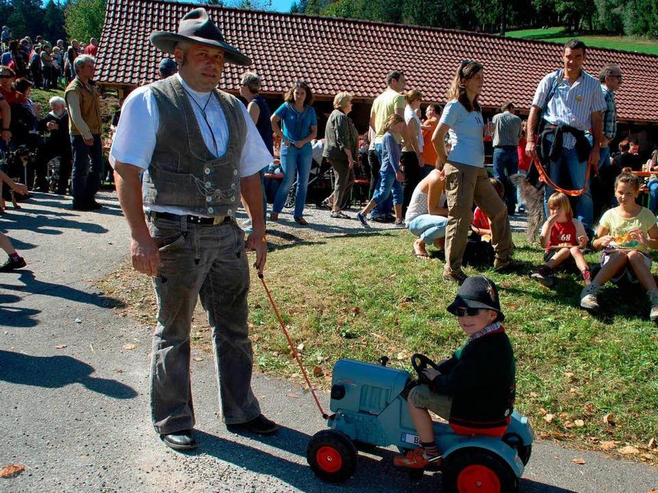 Standesgemäß: Zum Fest mit dem eigenen Traktor.  | Foto: Edgar Steinfelder