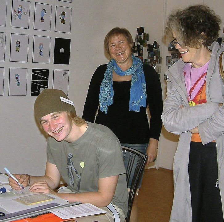 Im Atelier von Elisabeth Veith zeichne...Qualitz seine kleinen blauen Figuren.   | Foto: FREY