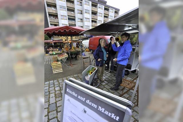 Christliche Kirchen haben einen Stand auf dem Markt in Weingarten