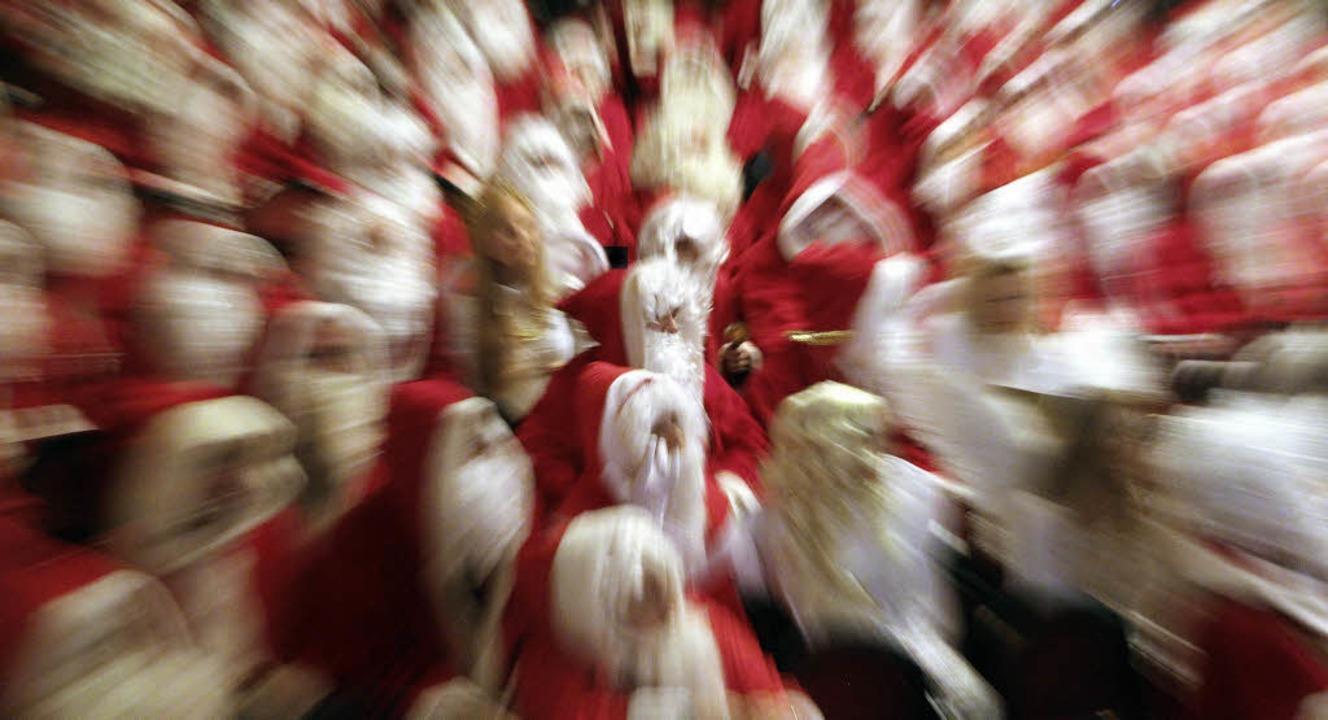 Von Christentum keine Spur mehr: Weihnachtsmänner vergangenes Jahr in Berlin   | Foto: dpa