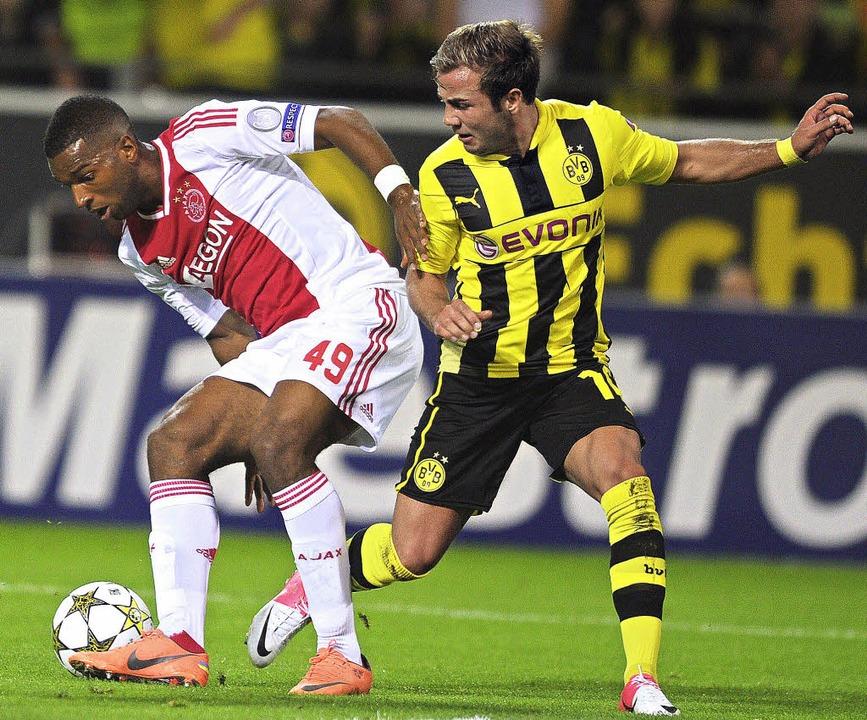 Ryan Babel (links) im Zweikampf mit dem Dortmunder Mario Götze    Foto: dpa