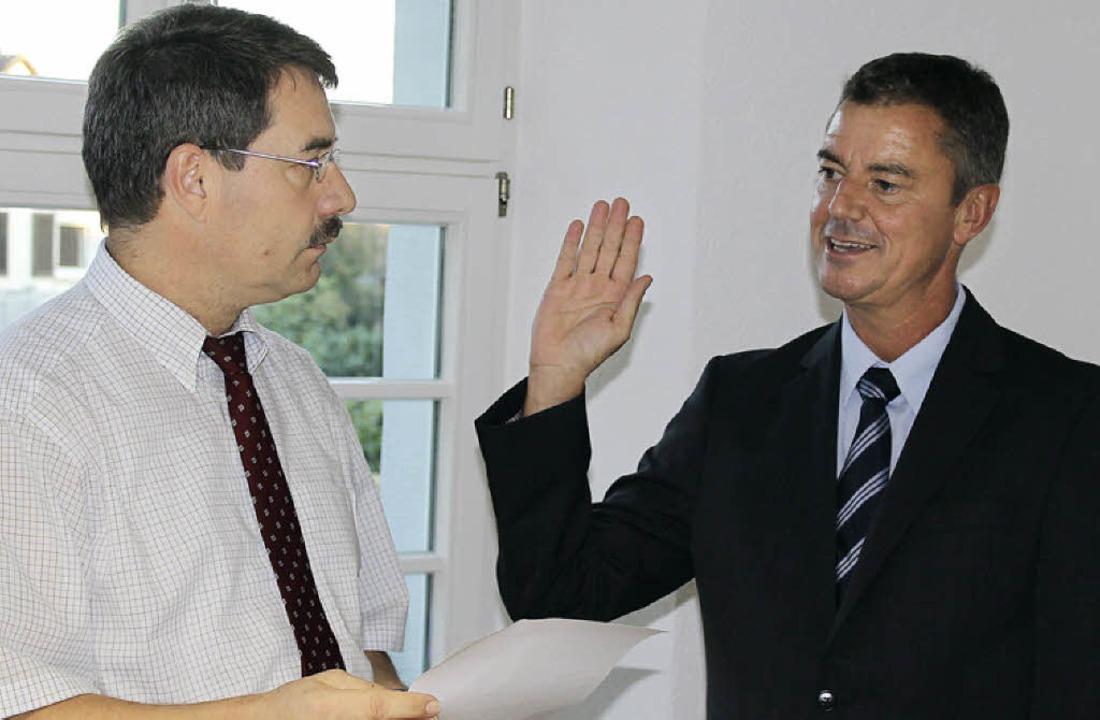 Kurt Hartenbach vereidigt im Gemeinder... (rechts) für dessen zweite Amtszeit.   | Foto: mario schöneberg