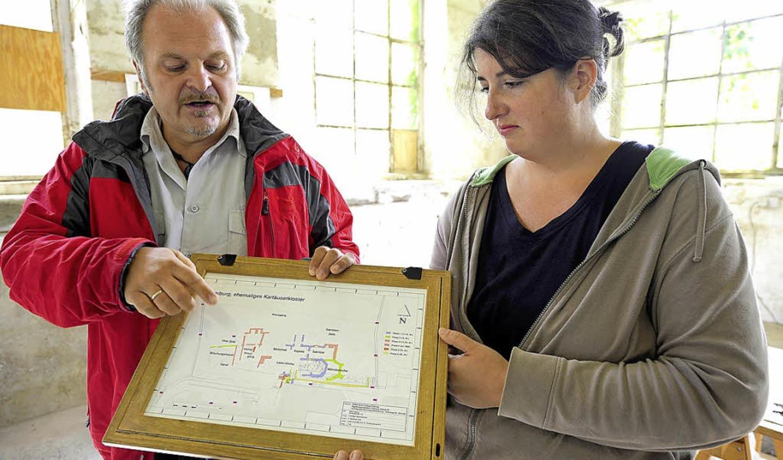 Die Archäologen Bertram Jenisch und Judith Kirchhofer mit der Fundskizze  | Foto: Ingo Schneider