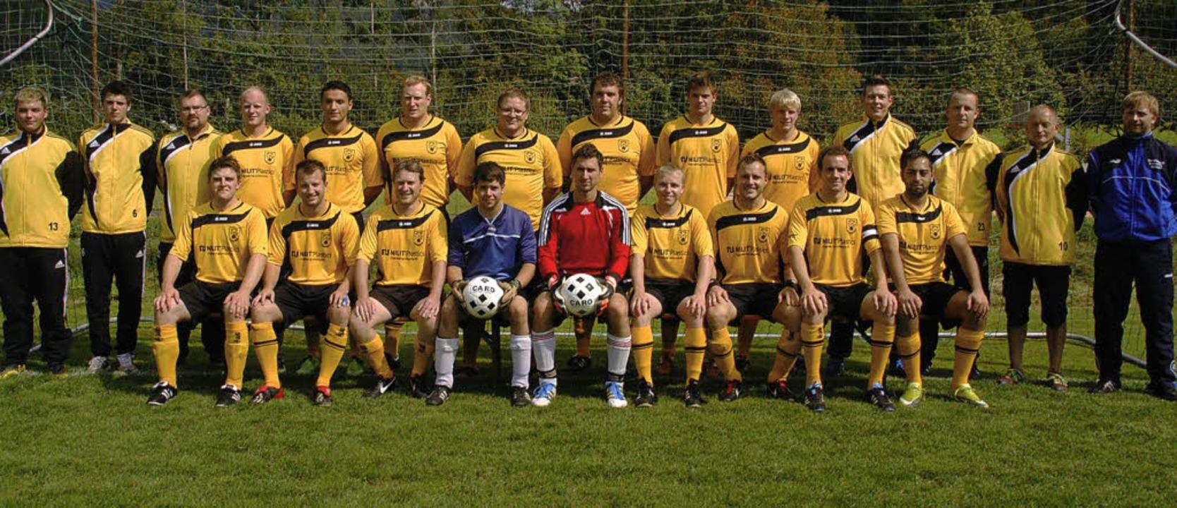 Die erste Mannschaft der SpVgg Utzenfe...em Bild: der neue Trainer Willi Karle   | Foto: Verena Wehrle