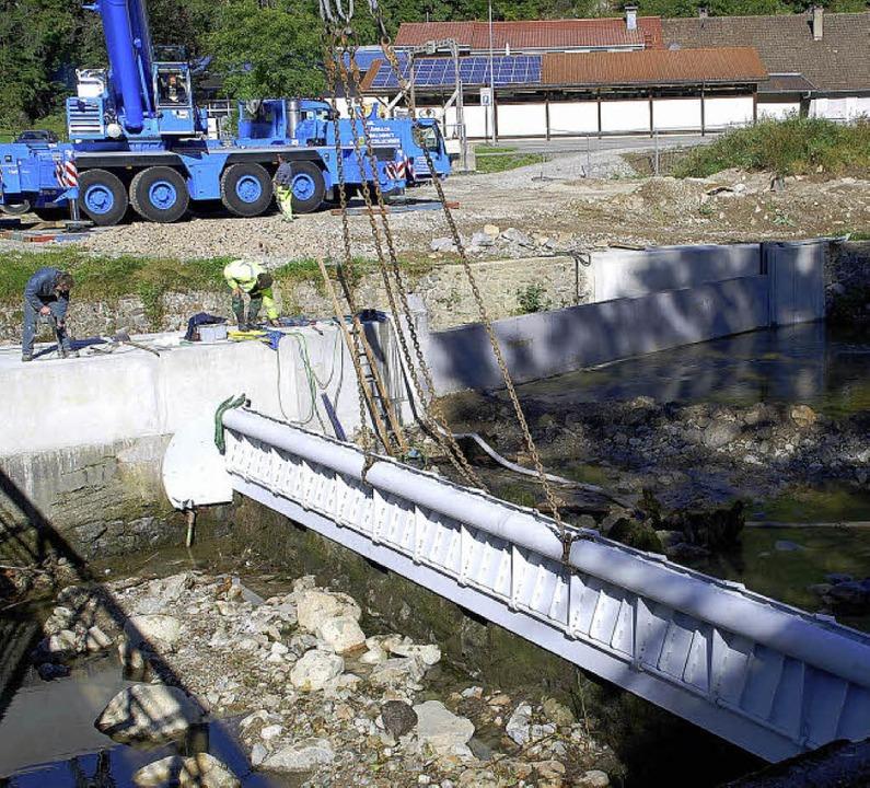 Präzisionsarbeit war das Einführen der...t des Wasserkraftwerks Schönenbuchen.     Foto: Edgar Steinfelder
