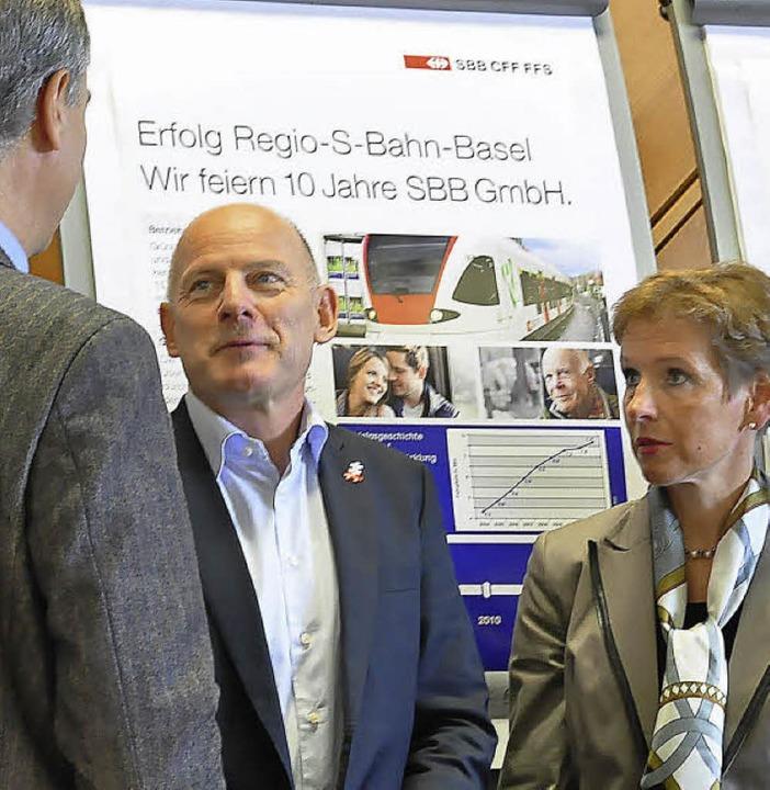 Winfried Hermann (Mitte) Mim Gespräch ...y Morin und Landrätin Marion Dammann.     Foto: Annette Mahro