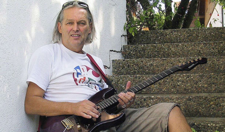Gitarrist Norbert Klausmann von Bluesq...de in Titisee-Neustadt in die Saiten.   | Foto: Eva Weise