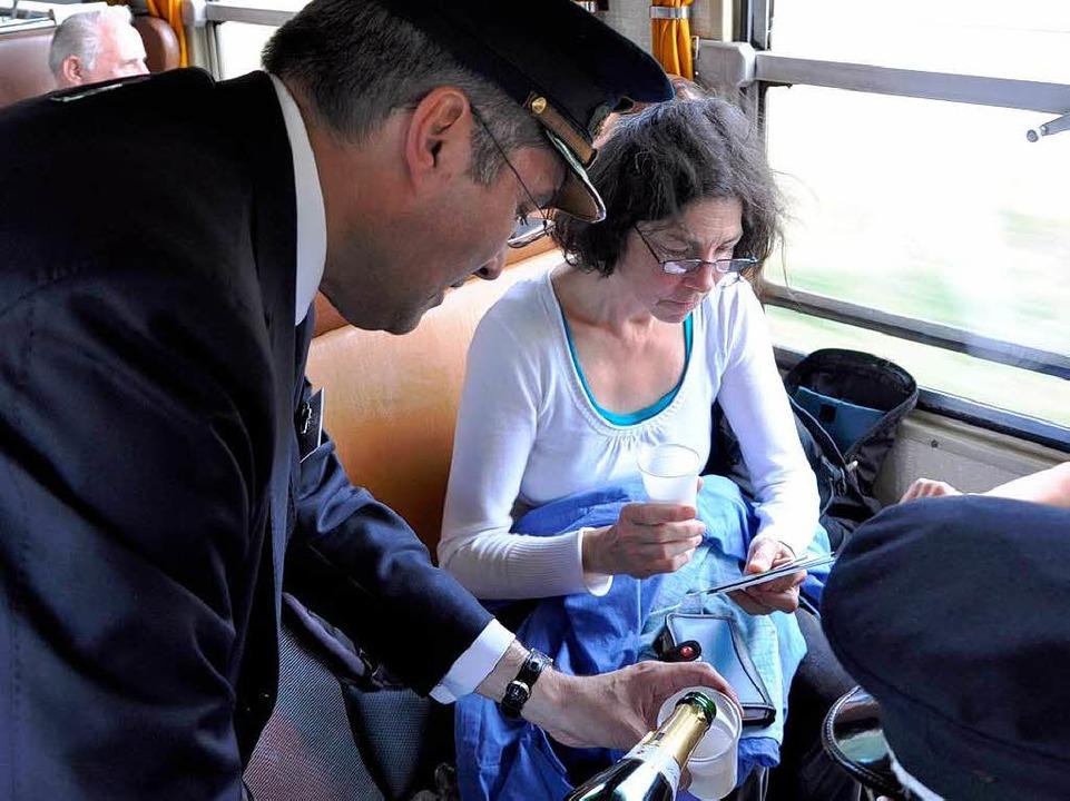 Zugchef Didier Leroy schenkte Crémant-Sekt an die Fahrgäste des Sonderzuges aus.  | Foto: Kai Kricheldorff