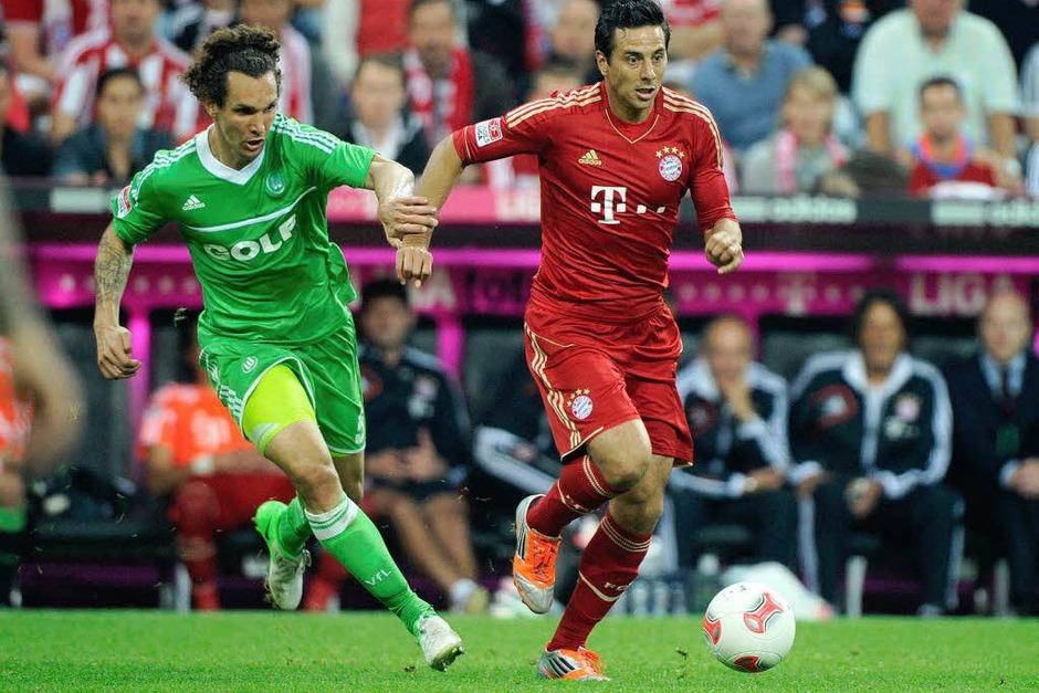 Der historische Moment: Durch seinen Einsatz im Spiel Bayern München gegen Wolfsburg am 25.9.2012 ist Claudio Pizarro (rechts) zum Ausländer mit den meisten Bundesligaspielen geworden  (Peru/ Bayern München, Werder Bremen)                 337    Spiele (Foto: dapd)