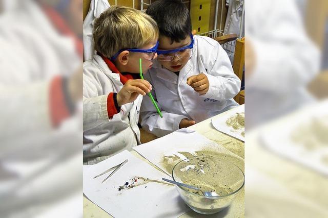 Kleine Forscher im Labor