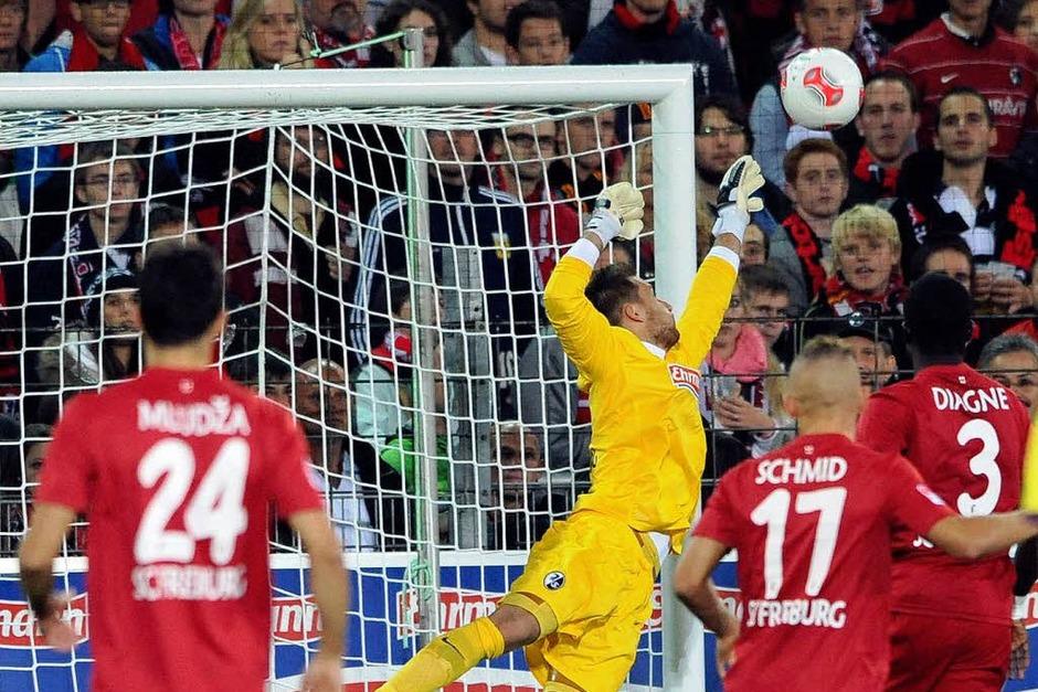 Die erste Chance des Spiels: Freiburgs Baumann klärt einen Freistoß von Bremens Hunt. (Foto: dapd)
