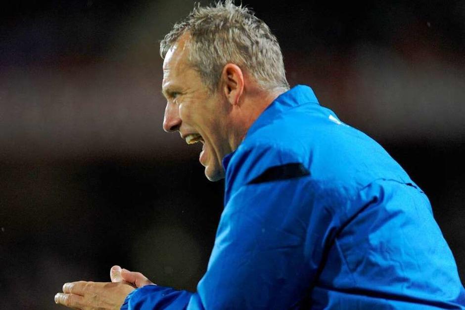 Wie ihn die SC-Fans lieben: Trainer Christian Streich engagiert am Spielfeldrand. (Foto: dpa)