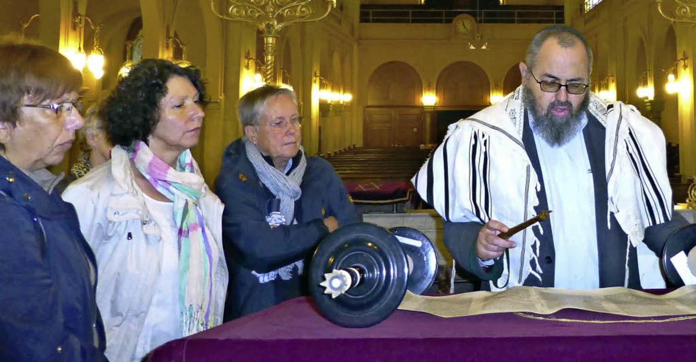 Bibliothekar Edourd Selig zeigte den B...in der Synagoge auch die Thorarollen.     Foto: Barbara Heimpel